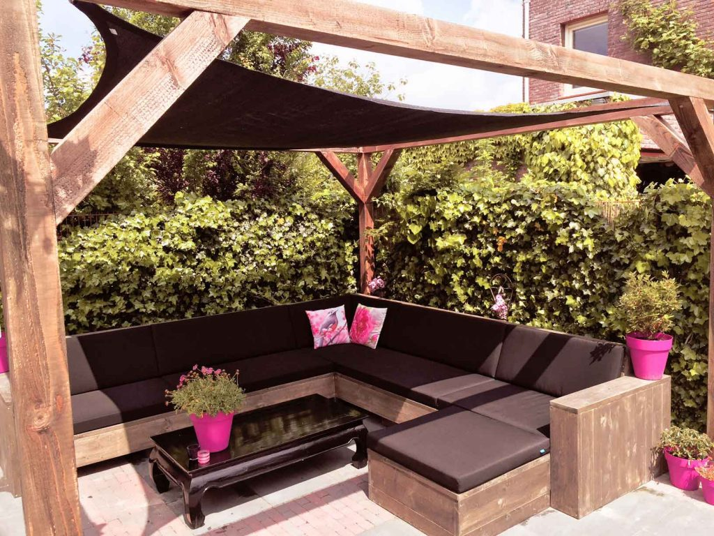 Loungebank van steigerhout met pergola