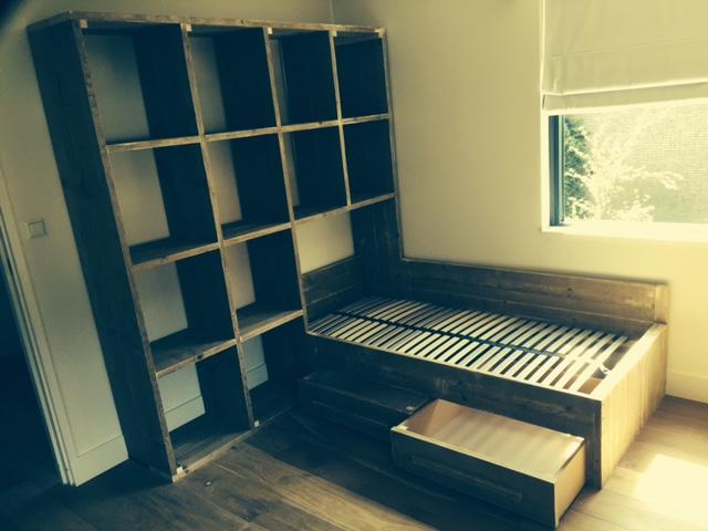 bed en kast van steigerhout voor kinderkamer