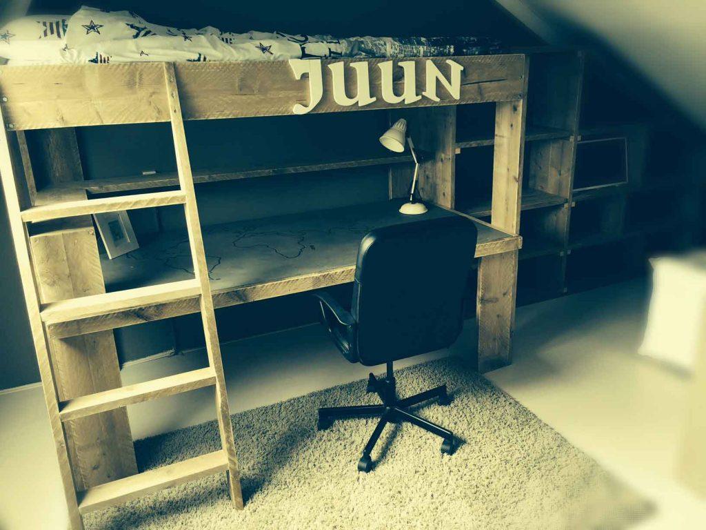 hoogslaper-en-bureau-van-steigerhout