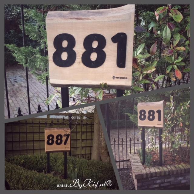Naambord met huisnummer huis van boomstam